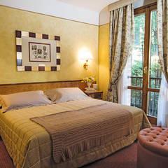 camera matrimoniale: Hotel in stile  di Morelli & Ruggeri Architetti
