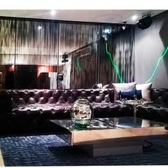 PLATA: Salas multimedia de estilo  por ANTIKE, Ecléctico Vidrio