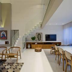 Apartamento Horto Florestal - BA: Escadas  por Pires e Medeiros Arquitetura