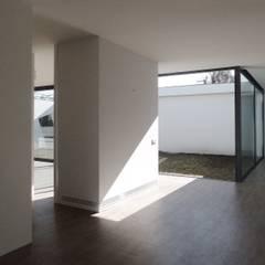 Casa minimalista em Braga: Corredores e halls de entrada  por Atelier Vyasa