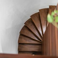 Escaleras de estilo  por Art.chitecture, Taller de Arquitectura e Interiorismo 📍 Cancún, México.