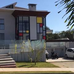 Residência Condomínio Alvim - Fachada: Casas pré-fabricadas  por Hérmanes Abreu Arquitetura Ltda