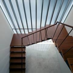 R-HOUSE 2012 階段ホール: 安藤貴昭建築設計事務所が手掛けた階段です。