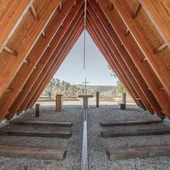 Capela de Nossa Senhora de Fátima: Paredes  por Plano Humano Arquitectos