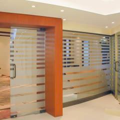 Vista protector visual en cristales de tabiques: Estudios y biblioteca de estilo  por Piscinas Espectaculares