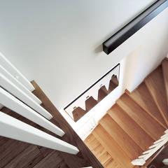 Dom Nowe Chechło: styl , w kategorii Korytarz, przedpokój zaprojektowany przez Projektowanie Wnętrz Agnieszka Noworzyń
