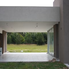 Semicubierto de usos varios - área de parrilla : Garajes de estilo  por Arquitectura Bur Zurita