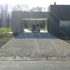 Acceso vehicular : Garajes de estilo  por Arquitectura Bur Zurita