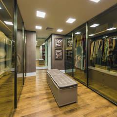 Closets de estilo  por TRÍADE ARQUITETURA