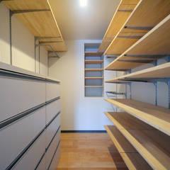 南本町の家リノベーション: 大塚高史建築設計事務所が手掛けたウォークインクローゼットです。