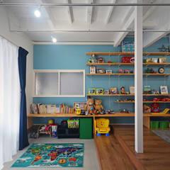 Cuartos infantiles de estilo  por 大塚高史建築設計事務所
