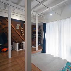 中野の家リノベーション: 大塚高史建築設計事務所が手掛けた廊下 & 玄関です。
