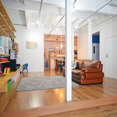 中野の家リノベーション: 大塚高史建築設計事務所が手掛けたリビングです。