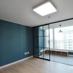 심플한 모노톤으로 바뀐 34평 아파트 인테리어: 씨엘하우스의  침실,모던