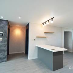 심플한 모노톤으로 바뀐 34평 아파트 인테리어: 씨엘하우스의  벽