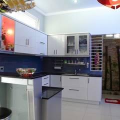 Cửa sau được bố trí ở phòng bếp tạo sự thông thoáng.:  Phòng ăn by Công ty TNHH Thiết Kế Xây Dựng Song Phát
