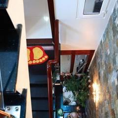 Khoảng thông tầng bên cạnh cầu thang được ốp đá tự nhiên.:  Cầu thang by Công ty TNHH Thiết Kế Xây Dựng Song Phát