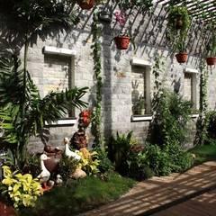 Sân thượng được gia chủ chăm chút với nhiều loại cây trang trí.:  Hiên, sân thượng by Công ty TNHH Thiết Kế Xây Dựng Song Phát