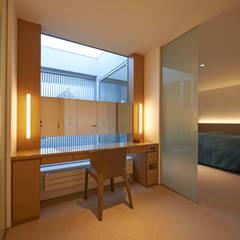 FSMR: アトリエモノゴト 一級建築士事務所が手掛けた寝室です。
