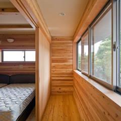 暮らしを楽しむ家: 小町建築設計事務所が手掛けた寝室です。,