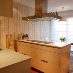 Decoración interior de duplex acogedor, Sube Susaeta Interiorismo - Sube Contract: Cocinas integrales de estilo  de Sube Susaeta Interiorismo