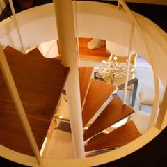 Escaleras de estilo  por Sube Susaeta Interiorismo
