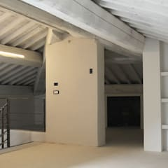 Techos a cuatro aguas de estilo  por MAURRI + PALAI architetti