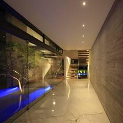 M2 HOUSE: Paredes de estilo  por Hernandez Silva Arquitectos