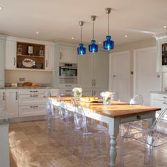 West Horsley:  Built-in kitchens by Tailored Interiors & Architecture Ltd