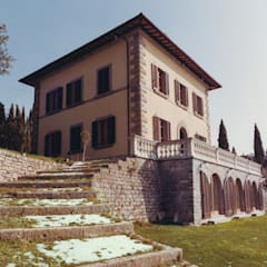 la scala monumentale in pietra e erba: Giardino anteriore in stile  di Morelli & Ruggeri Architetti