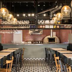 Pizzeria: Locales gastronómicos de estilo  por CASA DINAMICA | Arquitectos de Interiores | Bogotá