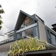 Modern Attap House at 48 Jalan Sukachita:  Houses by Lim Ai Tiong (LATO) Architects,Modern