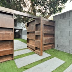 Patio House Clearwater Bay:  Front yard by Nomad Office Architects 覓 見 建 築 設 計 工 作 室, Modern Metal