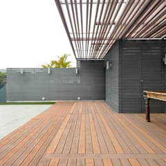 Roof deck:  Patios & Decks by Nomad Office Architects 覓 見 建 築 設 計 工 作 室