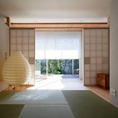 Salas multimedia de estilo  por 一級建築士事務所 株式会社KADeL