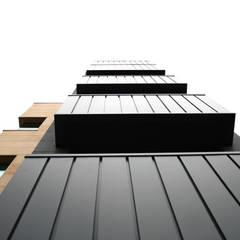 외부부분 (리모델링후): (주)건축사사무소 예인그룹의  바닥