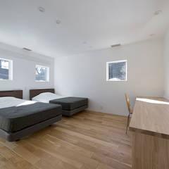 鎌倉 長谷の家: 松岡淳建築設計事務所が手掛けた寝室です。