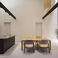 鎌倉 長谷の家: 松岡淳建築設計事務所が手掛けたキッチンです。,モダン 銀/金
