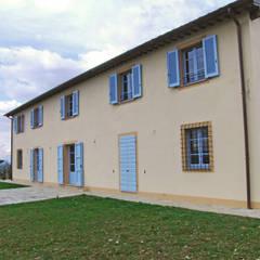 Ristrutturazione annesso agricolo per realizzazione agriturismo: Hotel in stile  di MAURRI + PALAI architetti