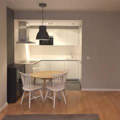 Cocina comedor con suelo laminado madera clara, pared gris claro con cocina blanca: Cocinas integrales de estilo  de Muka Design Lab