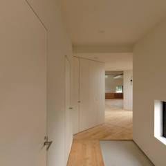 高橋の家: 有限会社MuFFが手掛けた廊下 & 玄関です。