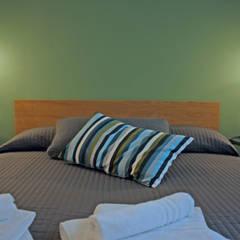 green: Camera da letto in stile  di studio ferlazzo natoli