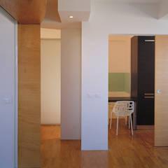 Twin flats: Studio in stile  di officinaleonardo