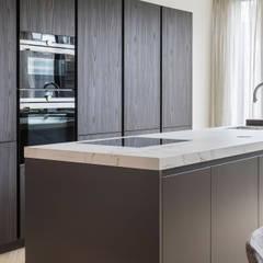warm interieur voor stadswoning: moderne Keuken door choc studio interieur