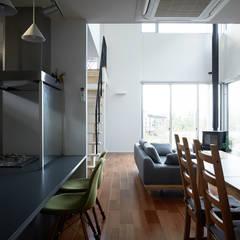 集う家: 一級建築士事務所 株式会社KADeLが手掛けたシステムキッチンです。