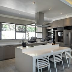 The Modern Houghton Residence :  Built-in kitchens by Dessiner Interior Architectural,