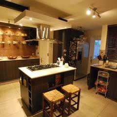 Isla central: Cocinas de estilo  por Selica