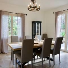 Salle à manger: Salle à manger de style de style Méditerranéen par Christine Vuillod, Architecte d'intérieur