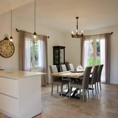 Eclairages: Salle à manger de style de style Méditerranéen par Christine Vuillod, Architecte d'intérieur