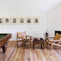 Salas multimedia de estilo rústico por Riccardo Gasperoni Fotografo